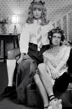 I love this pic. Roger Taylor is the prettiest man you will ever see XD The music video for this tho.