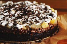 TORT GRUSZKOWO-KAWOWY. Chciałam tłumić swój entuzjazm, ale co mi tam… Moi drodzy, ten wegański tort jest jednym z najlepszych ciast jakie jadłam do tej pory! Przepis pochodzi z bloga http://wegarnik.blogspot.com/.