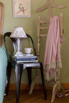 Идеи для обустройства меленькой спальни или 3 альтернативы тумбочке у кровати