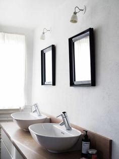 Das Badezimmer Design ist modern und bietet zwei moderne Waschbecken