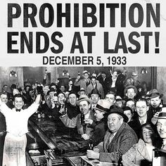 History In Pictures  In Pics Citizens in a bar celebrate the end of alcohol prohibition in the United States. Old Pictures, Old Photos, Vintage Photos, Rare Photos, Us History, American History, History Facts, Modern History, Birthday Present Dad