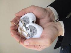 cuscino per fedi nuziali a forma di cuore con coppia di ricci in amore dipinti a mano