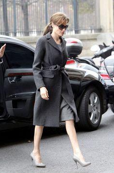 Модное приталенного серое пальто