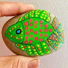 Pez con puntos pintado en piedras Pebble Painting, Stone Painting, Painted Rocks, Hand Painted, Rock Painting Patterns, Pet Rocks, Red Fish, Rock Crafts, Fish Art