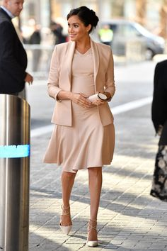 Meghan Markle Dress, Meghan Markle Outfits, Meghan Markle Style, Meghan Markle Fashion, Kate Middleton Pictures, Kate Middleton Hair, Suits Actress, Monochrome Outfit, Monochrome Clothing