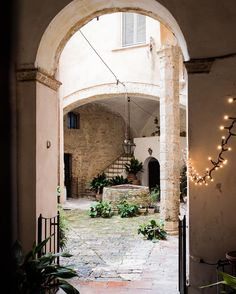 Secret garden in San Gimignano   #italy #italia #tuscany #toscana #toskana #siena #enjoysiena #visittuscany #mytuscany #tuscandream #italianeography #iphoneography #iPhone6sPlus #ig_italia #instaitalia #instagramitalia #toscanaovunquebella #AroundSiena #whatitalyis #ig_worldclub #exploremore #chianti #valdelsa #countryside #countrylife #italianeography #whatitalyis || Follow me.