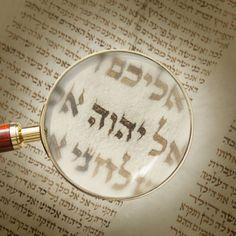 Das Tetragrammaton in einer alten Handschrift unter einer Lupe