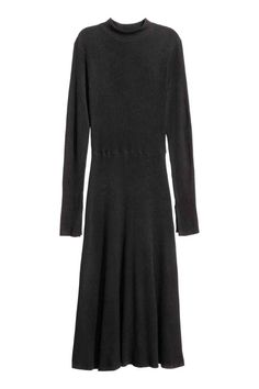 Ribbed dress: Knee-length dress in a soft rib knit with a turtle neck, long sleeves, a seam at the waist and flared skirt.