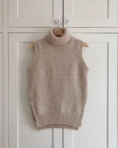 """PetiteKnit // Mette on Instagram: """"Tak for de pæne kommentarer til denne nye Terrazzo Slipover - dét er jeg glad for! I dag har det heldigvis været for varmt til at gå med…"""" Terrazzo, Nye, Short Sleeves, Turtle Neck, Knitting, Sweaters, Glad, Nifty, Closet"""
