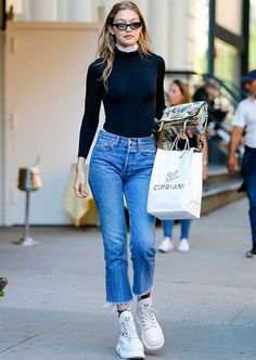 Gigi Hadid Daily Cropped Jean Outfit with Chunky Sneakers Blake Lively Street Style, Model Street Style, Street Style Women, Looks Gigi Hadid, Gigi Hadid Style, Celebrity Outfits, Celebrity Style, Cropped Jeans Outfit, Estilo Gigi Hadid