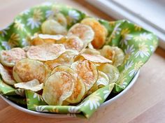 Umm yes i love chips! How to Make Potato Chips in the Microwave Sugar Free Recipes, New Recipes, Snack Recipes, Cooking Recipes, Favorite Recipes, Microwave Potato Chips, Microwave Recipes, Microwave Oven, Healthy Potatoes