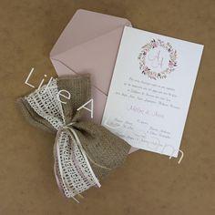 Μπομπονιέρα γάμου πουγκί λινάτσα με φάσα βαμβακερή δαντέλα, με 7 κουφέτα κλασικά αμυγδάλου Στο προσκλητήριο γίνεται οποιαδήποτε αλλαγή στο σχέδιο, στον συνδυασμό χρωμάτων φακέλου και προσκλητηρίου, όπως επίσης στην γραμματοσειρά και στο κείμενο. Crafts Beautiful, Place Cards, Beautiful Pictures, Wedding Decorations, Gift Wrapping, Place Card Holders, Gifts, Gift Wrapping Paper, Presents