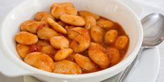 Μουσκεύουμε τα φασόλια σε κρύο νερό απ' το προηγούμενο βράδυ μαζί με ένακλαράκι φρέσκιας ρίγανης, θυμάρι και δάφνη. Την επομένη αφαιρούμε τα μυρωδικά από τηνκατσαρόλα μας και ψήνουμε τα φασόλια... Cypriot Food, Greek Recipes, Pretzel Bites, Beans, Tasty, Vegetables, Cooking, Kitchen, Greek Food Recipes