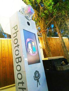 Πολλές φορές την πρωτοβουλία ενοικίασης ενός photobooth παίρνουν οι κουμπάροι και οι νονές του μυστηρίου. Τοποθετείτε επίσης το mirror photobooth σε εγκαίνια καταστημάτων , εταιρικές εκδηλώσεις, παιδότοπους σε μόνιμη ή κατά παραγγελία βάση, γενέθλια και σχολικούς χορούς. Photo Booth, Photo Booths