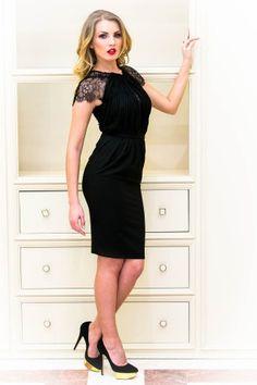 Pentru cele mai speciale ocazii si momente din viata ta, alege o rochie midi neagra confectionata din triplu voal, cu fronseuri si dantela fina. Jocurile de transparenta de la nivelul bustului iti sporesc aerul provocator, iar design-ul imbina eleganta clasicei rochii negre, cu avantajul de a-ti masca imperfectiunile.