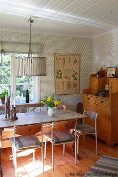 Nordingården.blogspot.com har ett hem som aldrig slutar inspirera!  Köket som är tapetserat med vår Kjellbergskagården från gammelsvenska kollektionen är ett av våra absoluta favoriter!