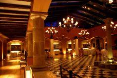 Patio acristalado / Sala de baile Patio, Mansions, House Styles, Home Decor, Hotels, Restaurants, Dance Rooms, Spaces, Places