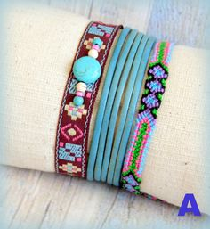 Conjunto Pulsera boho chic bohemia surfera cuero azul turquesa multicolor tejida a mano cinta etnica cuentas gemas ante cuero azul de RoxBohoDesigns en Etsy
