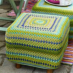 Sæt lidt kulør på dit hjem med en flot hæklet fodskammel i grønlige sommerfarver.  Fra Hendes Verden