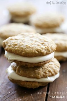 Homemade Oatmeal Cream Pies: Soft and chewy oatmeal cookies are sandwiched together with delicious vanilla buttercream to create the perfect dessert. Cookie Pie, Cookie Desserts, Just Desserts, Cookie Recipes, Delicious Desserts, Dessert Recipes, Yummy Food, Oatmeal Creme Pie, Chocolate Chip Oatmeal
