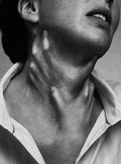 a terrible way to die… hands choking throat from under the skin ~ old creepy p… un terrible moyen de mourir … étouffement des mains sous la peau ~ vieilles photos effrayantes Coastumes Halloween Effrayants, Creepy Halloween Costumes, Halloween Decorations, Photomontage, Neck Drawing, Girl Neck Tattoos, Creepy Photos, Dissociation, Creepy Art