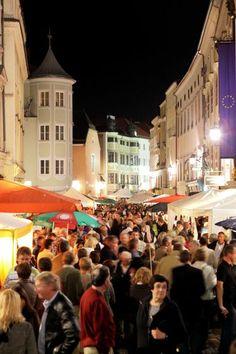 Fortgeh-Treff: Den Linzer oder die Linzerin, die noch nicht in der Altstadt ausgegangen sind, gibt es wohl nicht. Die Auswahl an Lokalen, wo sich entspannt der eine oder andere Drink genießen lässt, ist groß – sei es in der Hofgasse, am Alten Markt oder in der Altstadt selbst. Bei jugendlichen Nachtschwärmern erfreut sich das Viertel ebenso großer Beliebtheit wie bei etwas älteren Semestern. (Bild: OÖN)