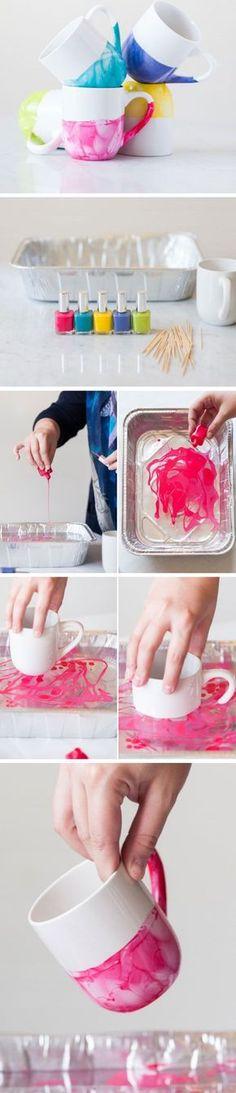 Para dar mais cor para as canecas e xócaras, aposte nessa misturinha de esmalte: Fácil, sem bagunça e deixa seus acessórios uma graça <3