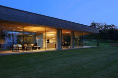 Licht, Wasser und Holz sind die Elemente des Atriumhauses am See. Zwischen innen und dem Park am See sind die Übergänge fliessend.