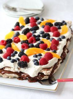Carry on - Krem.no- Kobrakake – Krem. Fancy Desserts, Delicious Desserts, Baking Recipes, Dessert Recipes, Easy Strawberry Shortcake, Cornflakes, Pumpkin Cake Recipes, Norwegian Food, Strawberry Cake Recipes