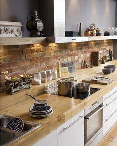 ściana z cegły w kuchni