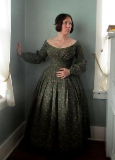 I finished my dress last night. I even did things I don& normally do when I& rushing, like neatly bind the armscyes and whip down the seam. Historical Costume, Historical Clothing, Vintage Inspired Outfits, Vintage Outfits, Victorian Fashion, Vintage Fashion, Edwardian Gowns, 1800s Clothing, 19th Century Fashion