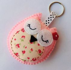 Cute keychain with owl of felt Keychain Hanger by Bambelo Fabric Crafts, Sewing Crafts, Sewing Projects, Craft Projects, Creation Deco, Creation Couture, Owl Crafts, Crafts For Kids, Felt Keychain