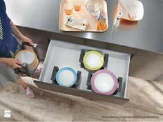 Regulowany uchwyt na talerze Blum pozwala na wygodne i ergonomiczne przechowywanie aż do 12 talerzy. Produkt ten nie tylko zabezpiecza je przed przesuwaniem się w szufladzie i rozbiciem, ale także uła ...