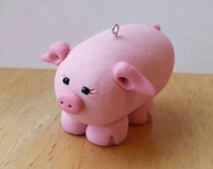 Este pequeño individuo mide aproximadamente 1.5 pulgadas de altos, 1,5 pulgadas de ancho y 2 pulgadas de largo. Será una gran adición a su árbol de Navidad, adornando su escritorio en el trabajo, o apenas colgando alrededor. Gran regalo para el amante del cerdo en su vida.