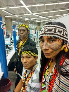 Grupo da tribo Huni Kuin, do Acre, esteve no Poupatempo Luz.  Eles foram à unidade providenciar documentos para participarem de eventos artísticos.