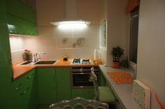 Зеленая кухня из МДФ с оранжевой столешницей
