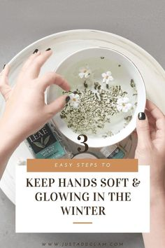 3 steps to keep hands glowing and soft in the winter Clean Beauty, Diy Beauty, Beauty Hacks, Beauty Tips, Diy Skin Care, Skin Care Tips, Hand Soak, Local Nail Salons, Mint Bag