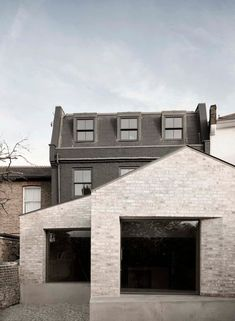 Completed in 2017 in Kew, United Kingdom. Images by Simone Bossi. Kew House involved the complete re-structuring of a Victorian London house and former stable yard in Richmond, turning a house of many small rooms. Victorian London, Victorian Homes, Brick Extension, Design Garage, Interlocking Bricks, London House, House Extensions, Brickwork, Prefab Homes
