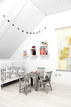 Chambre bébé toute douce - chaises et table grises, casiers suspendus et livres de couleurs Room for baby - soft colours