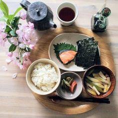 冷凍ストック活用朝ごはん by くんきんさん | レシピブログ - 料理ブログのレシピ満載! 朝ごはん*焼き鮭*焼き海苔*糠漬け(オクラ、人参)*味噌汁(エリンギ、長ネギ)*七分づき玄米ごはん今日は焼き鮭をおかずに炊きたてご飯と焼き海苔で朝ごはんが食べたくなったので、こんなメニューに...焼き...