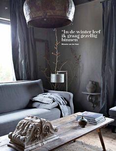 Prachtige binnenkijker in het woonhuis van onze dealer Hamsmade in editie 5 van Wonen Landelijke Stijl! De wanden in de woonkamer zijn geschilderd met Carte Colori kalkverf in de kleur Gritti. Bekijk de hele reportage op http://cartecolori.nl/…/categorie-in-de…/sereen-maar-gedurfd