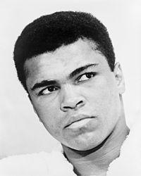 """Muhammad Ali (1967)  Muhammad Ali (* 17. Januar 1942 in Louisville, Kentucky, als Cassius Marcellus Clay Jr.; † 3. Juni 2016 in Scottsdale, Arizona) war ein US-amerikanischer Boxer und der Einzige, der den Titel unumstrittener Schwergewichts-Boxweltmeister dreimal in seiner Karriere gewinnen konnte. Er gehört zu den bedeutendsten Schwergewichtsboxern und herausragendsten Athleten des 20. Jahrhunderts und wurde 1999 vom Internationalen Olympischen Komitee zum """"Sportler des Jahrhunderts""""…"""