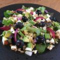 Fantastisk lækker blandet salat med syltede rødløg, bagte cherrytomater, fetaost og ristede pinjekerner. Perfekt til næsten en hvilken som helst middagsret.