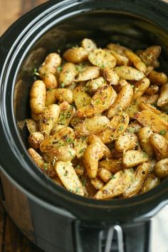 Slow Cooker Greek Potatoes - Buttery crisp-tender potatoes with olive oil, garlic, lemon and oregano. Made so easily in the crockpot - less than 5 min prep! Sub out the butter to make it vegan Slow Cooker Desserts, Vegan Slow Cooker, Slow Cooker Recipes, Cooking Recipes, Cooking Tips, Vegan Crockpot Recipes, Vegetarian Recipes, Healthy Recipes, Crockpot Ideas