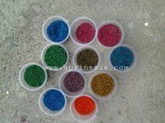 Pasir warna buatan sendiri dapat menjadi kegiatan seni yang menyenangkan bersama Anak.