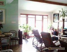 Prenájmeme so samostatným vstupom príjemný 4 izb.byt na poschodí v rodinnom dome 122m2 + 8 m2 terasa. Centrum bytu tvorí obývacia miestnosť s galériou,kuchynský kút , samostatné vstupy do 3 izieb, 2 kúpeľňa s vaňou a WC. Z obývačky sa vstupuje na terasu orientovanú do záhrady. Byt je zariadený, v prípade záujmu je možnosť inej dohody. Cena nájmu vrátane energií.