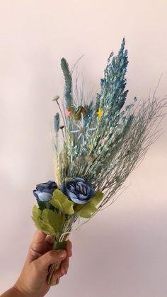 cassiaguimaraesoficial on Instagram: Para presentear nesse dia das mães, escolha um presente que emociona! Temos lindos buquês em flores naturais secas, desidratadas e compondo… Globe, Boho, Natural, Instagram, Mother's Day, Gift, Flower Preservation, Speech Balloon, Bohemian