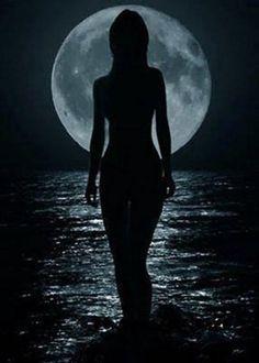Frente a la inmensidad del oscuro mar... siento como tu alma reflejada por la luz de la luna llena, va acariciando mi corazón, de esta manera, disminuye mi soledad... esa que apena mis ojos... y la transforma en lágrimas... lágrimas de amor...