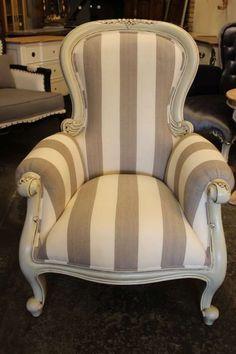 Antikweisser Polstersessel mit grau-weiss gestreiftem Stoff. Massiv Mahagoni mit viel Liebe zu Detail hergestellt. Wingback Chair, Armchair, Accent Chairs, Furniture, Decorating Ideas, Home Decor, Lounge Chairs, Striped Fabrics, Antique Furniture