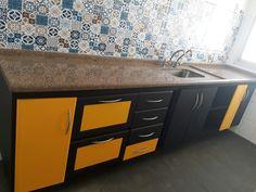 Gabinete adesivado com preto fosco e amarelo automotivo, ambos da alltak e adesivo  de Ladrilho português sobre a pedra.